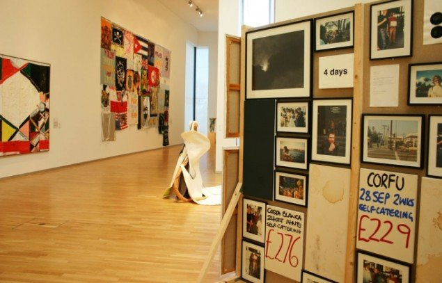 En flimrende præsentation af de sidste årtiers kunst. Forrest: Jonathan Monk: Untitled og Tal R på væggen. (Foto: Kristian Handberg)