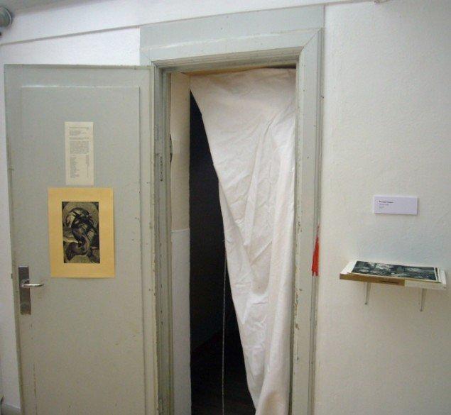 Mia Isabel Edelgart inviterer inden for i et intimt og generøst rum. (Foto: KUNSTEN.NU)