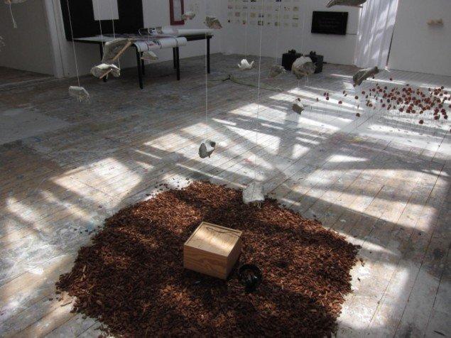 Emilie Simon Hansen: Det murrer (detalje). Cement, lægter, bark, mursnor, lyd. Foto: Gustav Bisgaard