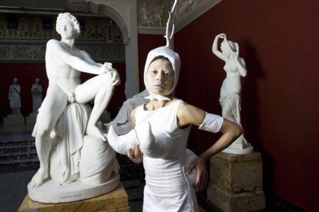 Artist's Song, Lilibeth Cuenca Rasmussen, 2007, Still fra performance video. Et lidt paradoksalt kuratorisk valg af det ellers glimrende værk, da tekstilet ikke fylder meget her. Foto: Lasse Bak Mejlvang.