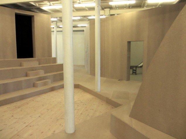 Udstillingsarkitekturen mimer en by. MØs tomme rum med electropop til venstre. Foto: Ole Bak Jakobsen