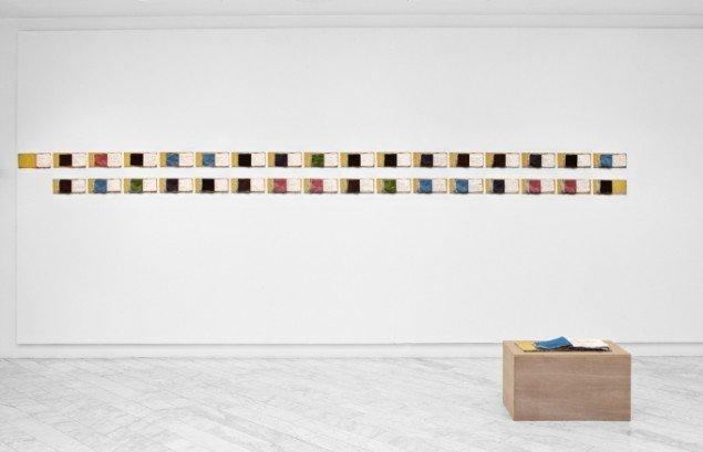 Pain in The Eye 2009, artist book, applikeret silke/tusch, podie, ink jet prints af bogen på væg. Foto: Jeppe Sørensen.