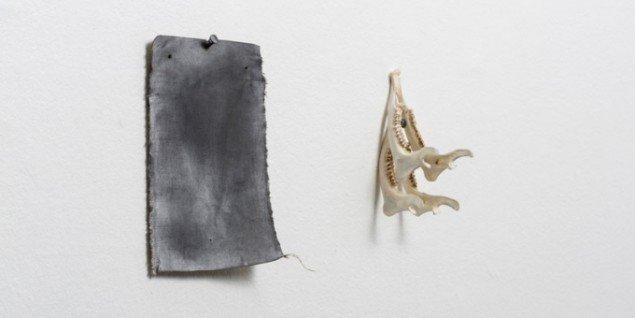 Rasmus Rosengaard Uden titel (detalje), 2014. Hør, sod, grafit, pigment, olie, søm, underkæbe. Foto: Anders Sune Berg