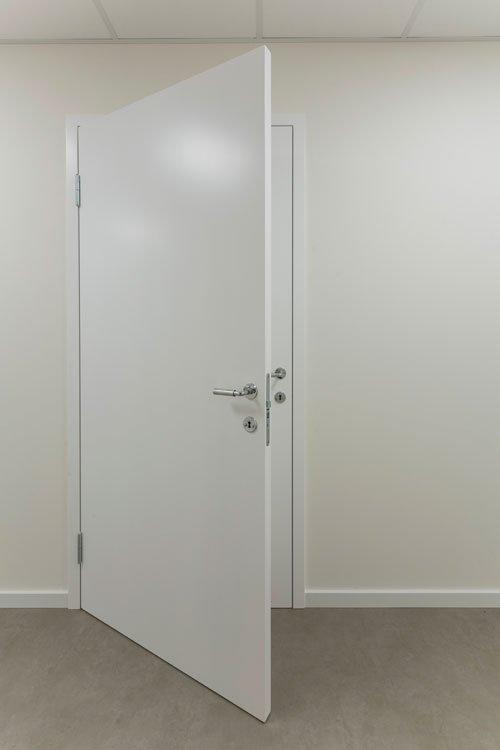 Elmgreen & Dragset: Powerless Structures, Fig. 124, 2001. Træ, maling, hængsler, beslag, dørhåndtag. 209,5 x 100,4 x 50,5 cm Courtesy: Galleri Nicolai Wallner. Foto: Anders Sune Berg.