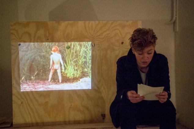 Line Hvidbjerg læser op i sit interiør til finissage på udstillingen Læsehjørner. Foto: Signe Vad