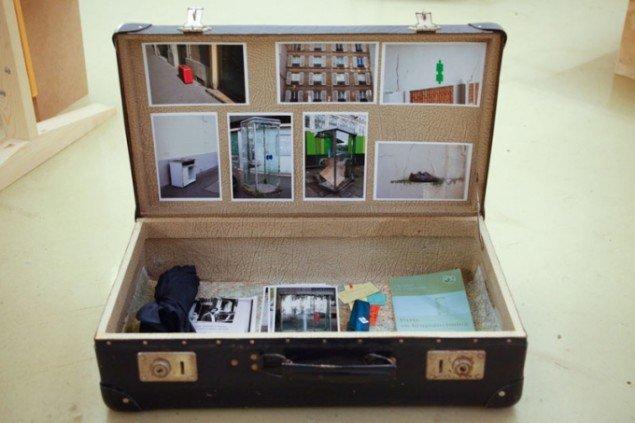Christin Yde Frostholms installation, en kuffert hvori man bl.a. finder hans bogudgivelse Paris - en brugsanvisning. Foto: Signe Vad