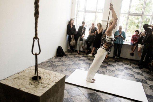 Sophie Dupont: Heavy Light, 2015. Performance under åbningen på Overgaden. (Foto: Martin Kurt Haglund)