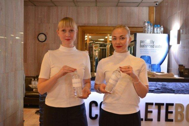 Lea Guldditte Hestelund: Your Body is Your Temple. Performance med uddeling af vandflasker. Foto: Søren Aagaard