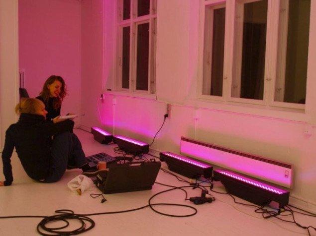 Nina Wengel og Tijana Miskovic arbejder på at installere Nina's pinke lys-installation. Foto: Bente Jensen