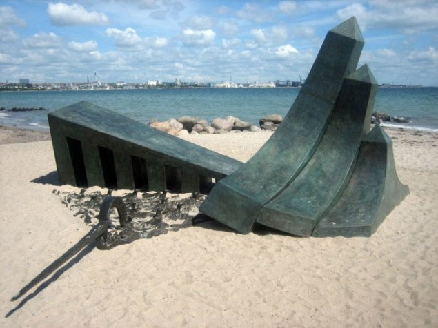 Phillip King: It´s A Swell Day For Stormy Petrels. Sculpture by the sea, Århus 2009. Foto: Maja Egelund