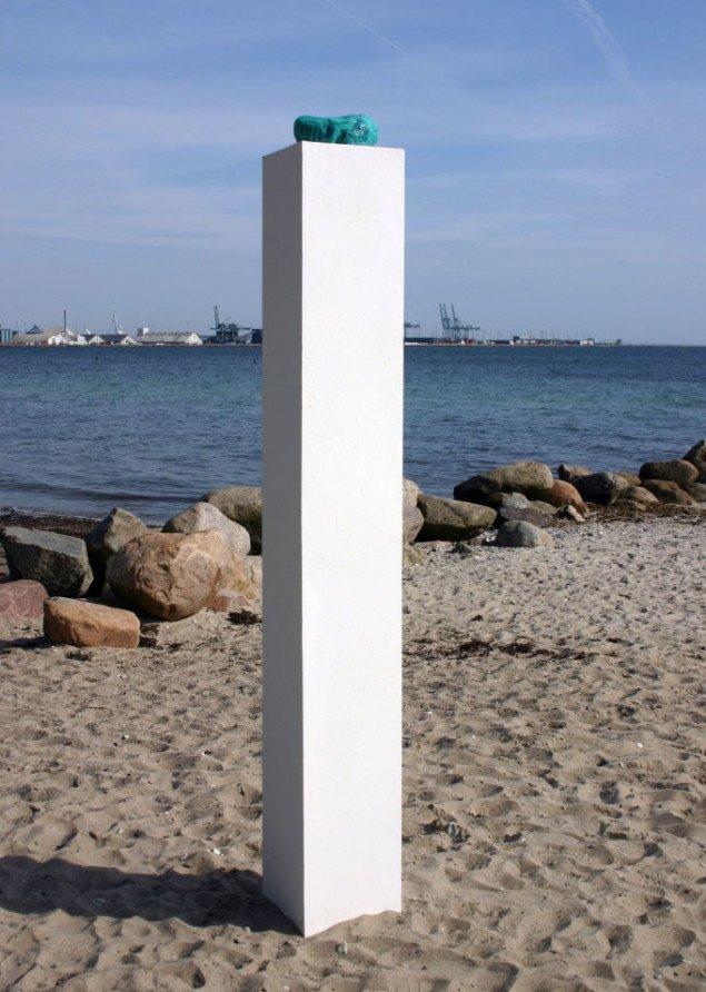 Line Hvidbjerg. Grøn ting på piedestal. Something by the sea. Foto: Maja Egelund