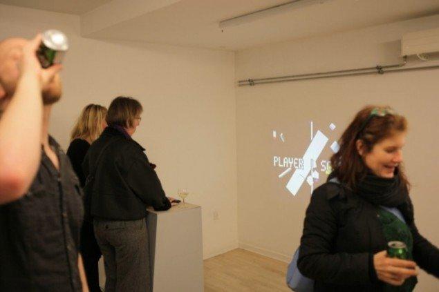 I baggrunden Anders Vistis arkadespil PONGdrian v1.0. Pressefoto