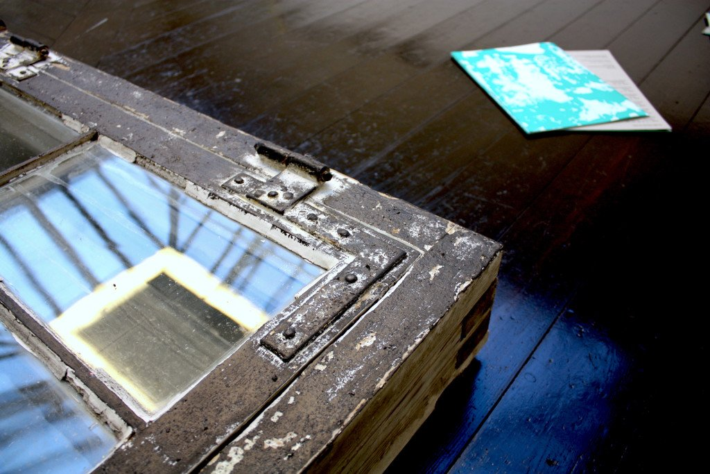 Detalje fra vinduesramme i Anni's og Mette Winckelmanns installation Hjælpens sten, 2016. Foto: Anne Thomasen