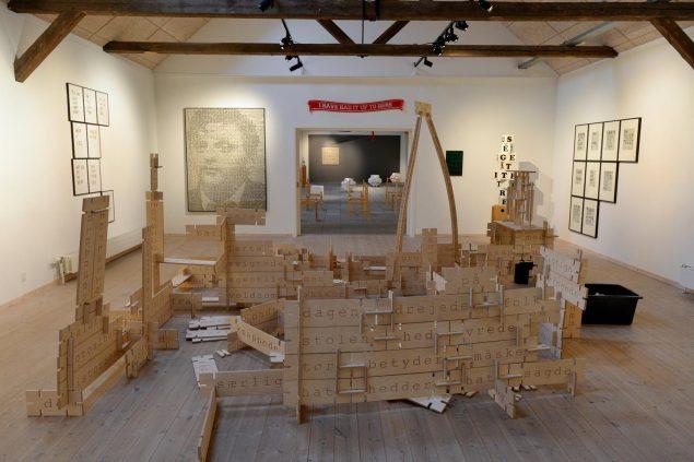 Udstillingsview: Forrest på gulv Anders Bonnesens installation ET BORD ER ET BORD (byggesystem, krydsfinér). Foto: Ole Jørgensen