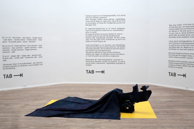 Eksempler fra rotunden med tekstøvelserne, som udstillingen bygger på og Kristian Touborgs værk Boat. Foto: Ole Bak Jakobsen