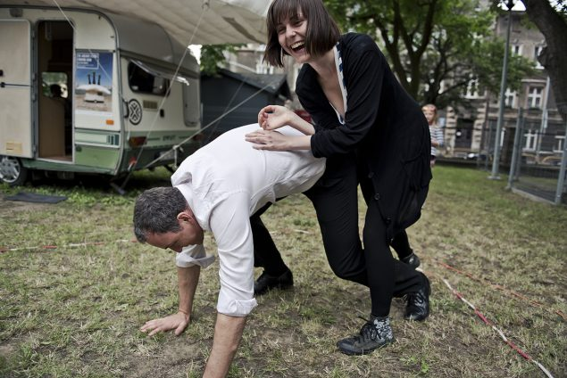 Political Clima Wrestle med Mark Harvey. Foto: Laznia Contemporary Arts Centre