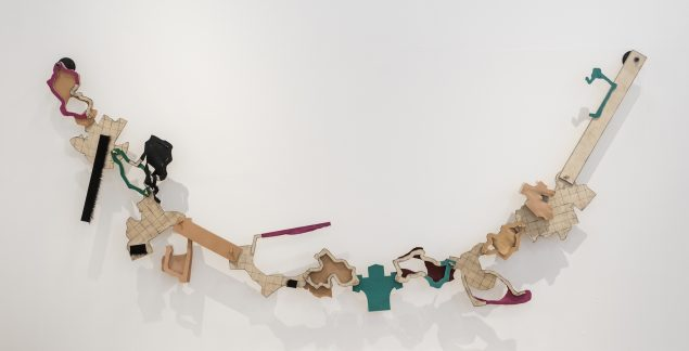 Chain of small incidents, 2012 (krydsfinér, læder, tegnekul, maling, metal, 300 x 150 x 5 cm). Tilhører kunstneren. Foto: Esbjerg Kunstmuseum/Torben E. Meyer