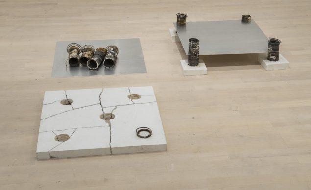 S 2, 1971 (gips, jerntråd, aluminium, 18 x 158 x 165 cm). Tilhører Esbjerg Kunstmuseum. Foto: Esbjerg Kunstmuseum/Torben E. Meyer